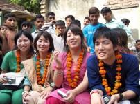 インドスタディツアーのメンバーは村人たちからの歓迎を受けました