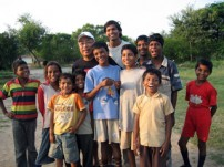 ツアー参加者とバル・アシュラムの子どもたちと