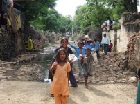舗装された通学路を通う子どもたち