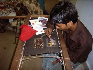 タラ・プロジェクトの職人による刺繍作業の様子