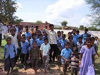 新しくできた小学校の前に集まる子どもたち