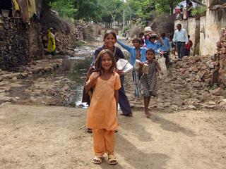 舗装された通学路で学校へ登校する子どもたち