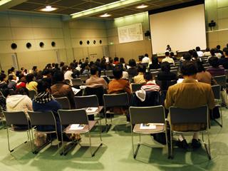池田香代子さんの講演に聞き入っている参加者