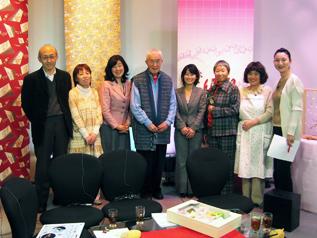 「痛快!女組」の番組出演者たちとの記念撮影