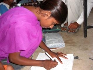学校へ通って読み書きを勉強できるようなったインドの女の子