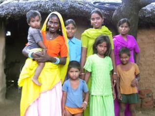 カーペット織りや家事手伝いなどで学齢期を過ぎた女の子たちとその家族