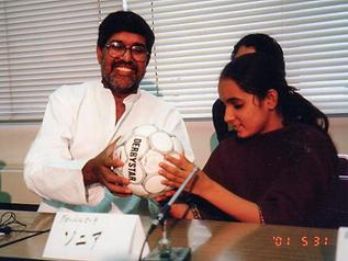 2001年に来日し記者会見でサッカーボール縫いの児童労働を話してくれたインドの女の子