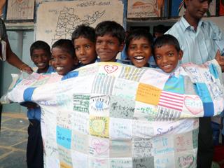 インドの子どもたちが5人も入れる大きさの巨大Tシャツ
