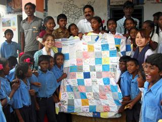 インドのコットン生産地域の子どもたちに巨大Tシャツをプレゼント
