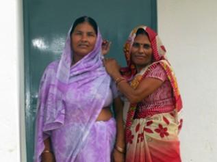 「子どもにやさしい村委員会」の代表の女性(右)と メンバーで母子保健センターのワーカー(左)