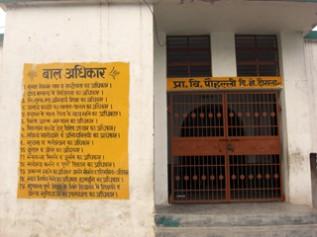 ポーリ村の小学校の壁には 「子どもの権利」について書かれている