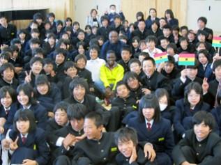 訪問した三重県の中学校で生徒たちと記念写真