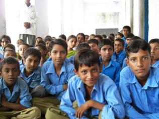 インドの子どもたちは興味津々でスタディツアー参加者を迎えてくれました