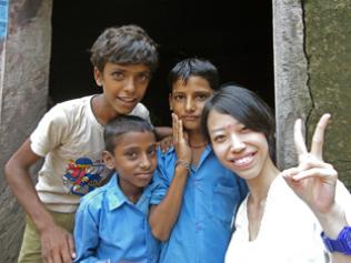インドの子どもたちとスタディツアー参加者の記念写真