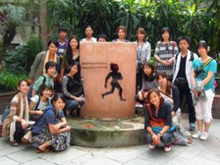 ILOインド事務所にある石碑の前でスタディツアー参加者みんなで記念撮影