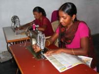 縫製・刺繍の職業訓練を受ける女の子たち