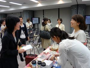 販売コーナーで谷川俊太郎さんの詩「そのこ」が人気