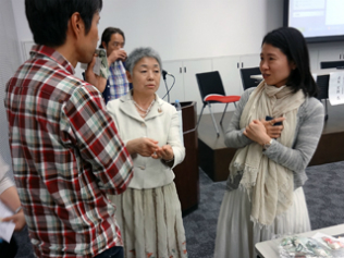 休憩時間、参加者からの質問に答えるアバンティ渡邊社長(中央)