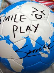 SHIHOさんのサイン入りフェアトレードサッカーボール