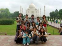 ACEインド・スタディツアー参加者とタージマハールで記念撮影