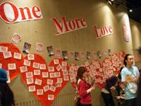 ライブ会場に大きくOne More Loveの文字を掲示