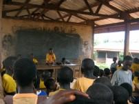 村や学校の問題を子どもたちが話し合っている様子