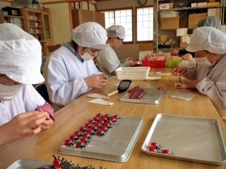 「しあわせを運ぶ てんとう虫チョコ」包装作業の様子