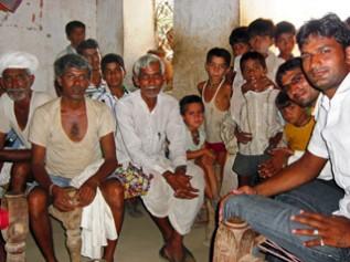 青年グループのメンバーたち(ラグナツプラ村)