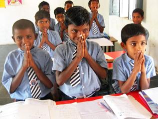 公立学校で勉強する子どもたち
