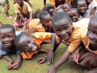 無邪気な笑顔を見せてくれるガーナの子どもたち