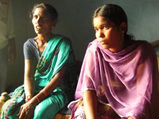 学校をやめてしまった当時の話をするバギャラクシュミ(右)とお母さん(左)