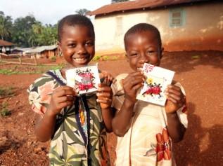 ガーナの子どもたちに「てんとう虫チョコ」を持ってもらい記念撮影