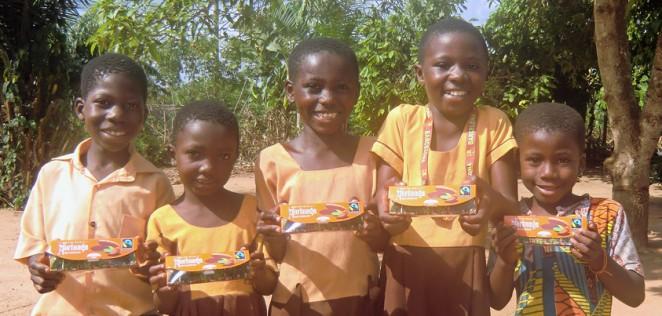 ガーナの子どもたちに森永チョコレート<1チョコfor1スマイル>を持ってもらいました