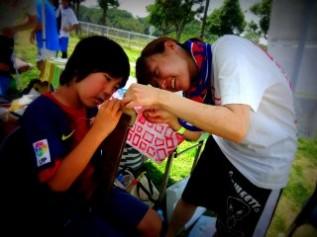 おとなも子どもも、サッカーボール縫い体験に夢中