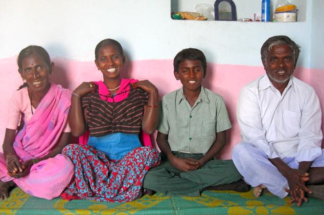 左から、お母さん、ナルサンナちゃん、弟のラビ君、お父さん