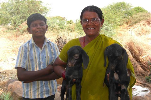 2014年4月、生まれたばかりの子ヤギを抱えたお母さんとクマールくん
