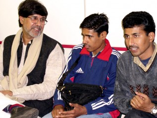 2005年に元児童労働者のオムくん(中央)と共に来日したカイラシュ・サティヤルティさん(左)