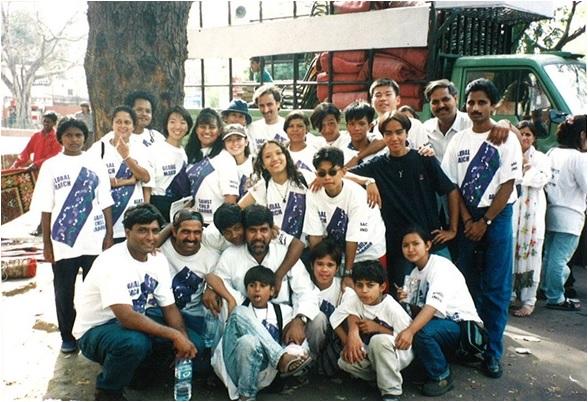 1998年、インドで実施された「グローバルマーチ」に参加しているノーベル平和賞を受賞したカイラシュ・サティヤルティさん(中央)と、ACE代表 岩附由香(左後方)