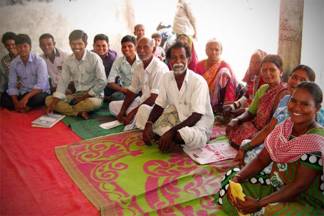 マッデラバンダ村の住民グループのメンバー