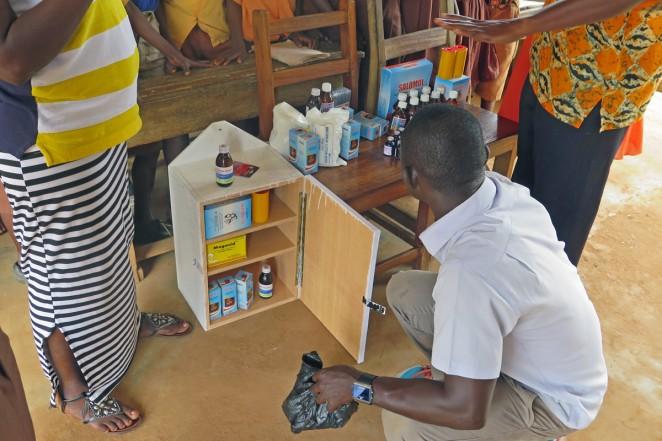 ガーナの村へ寄贈して救急箱