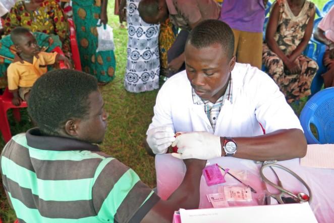 ガーナでの健康診断(マラリア検査の様子)