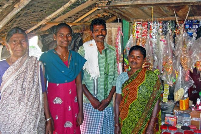 大学を卒業して教員を目指す娘さん(左から2番目) と新しい店を建てる前(2014年10月)
