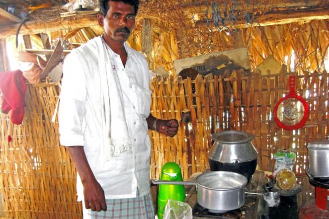 チャイ屋を担当するヤヴァラジさん(左)