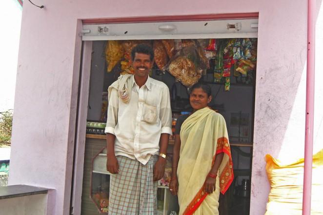 大きな店を建てたヤヴァラジさん(左)とデヴェナンマさん(右)