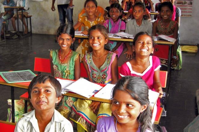 住民の資金で設置した机と椅子で勉強する子どもたち(2015年6月)