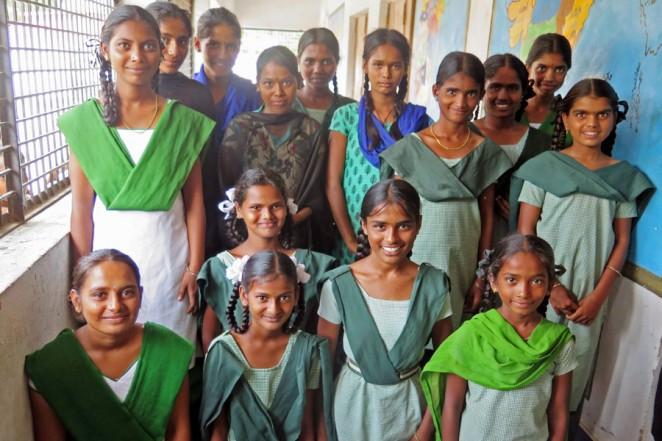近隣の中等学校に進学したナガルドーディ村の子どもたち(2015年6月)