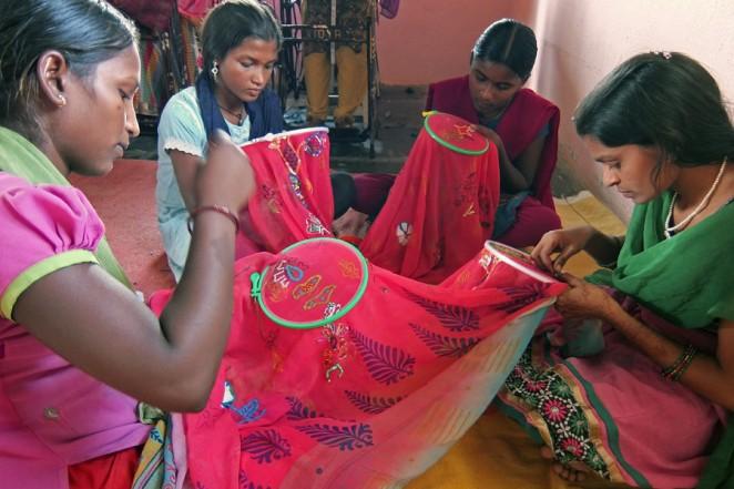 職業訓練センターで学ぶ刺繍の技術を学んでいる女の子たち
