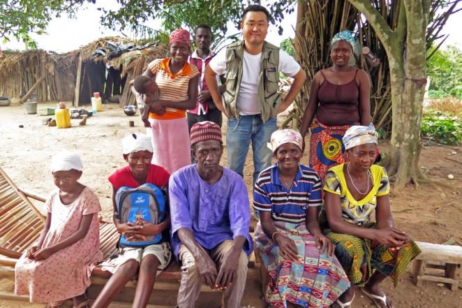アマさんの家族とともに(前列左から2人目がアマさん)