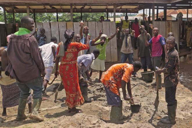 タノドゥマセ村での学校建設に参加した村人たち