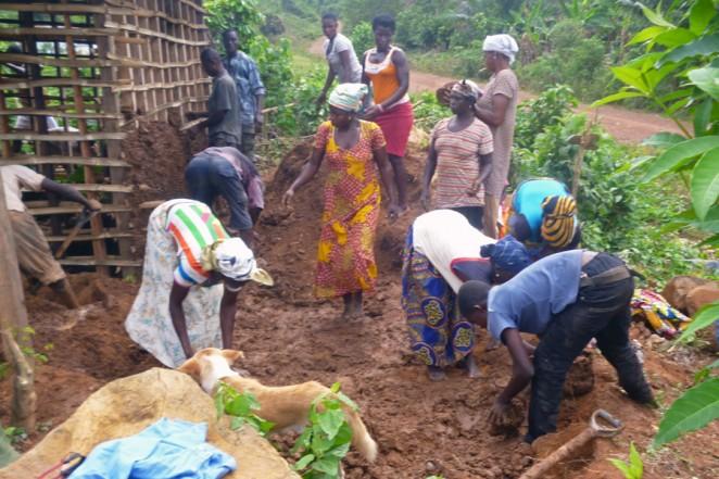 カロンゴ村の教員住宅を建設している様子